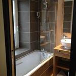 Chambre 34 rénovée : salle de bains