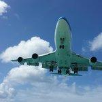 Avião pousando por cima de você