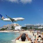 Avião pousando com vista do bar