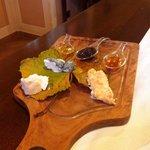 Tagliere di formaggi di latte crudo e alpeggio con cugna'  casalinga e miele