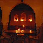 Il patio illuminato a lume di candela
