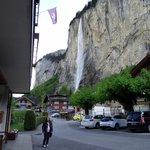 foto da entrada do hotel, com vistas para cachoeira