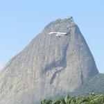 Montanha e avião: é impressionante como parecem estar tão perto.