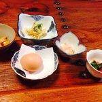 朝ごはん 産みたての卵とか小鉢