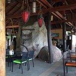 Restaurant construit autour de la roche