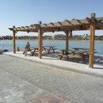 Blick vom Pier auf Strand und Hotel