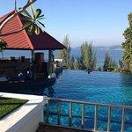 Une des 3 piscines de l'hôtel avec bar intégré