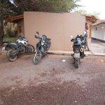 área de estacionamento junto aos quartos