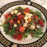 Salat und Blumen-Bouquet mit Fisch