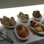 variedad de panes caseros y brioche...