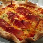14 inch pizza with zucchini and prosciutto crudo