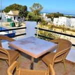 Terraza con mesa y sillas vista mar