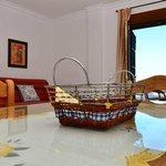 Salón de un apartamento con terraza vista mar