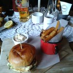 Haloumi burger z frytkami