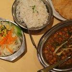 Kichererbsen mit Reis, Batoora Brot und Salat