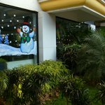 Новый год для отдыхающих. Снеговик на окне отеля.