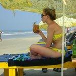 На пляже есть лежаки и зонтики