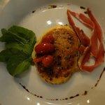 Provoleta grillada con orégano, hebras de jamon serrano