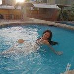 Jacuzzi a un lado de la piscina