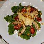 Ensalada de rúcula c/laminas de pollo al oregano, panceta, choclo, hongos y tomastes confitados