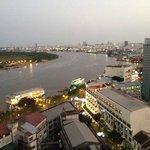 屋上バーからのサイゴン川の眺め