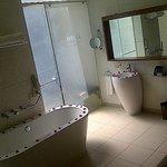 El Baño, con 2 duchas (1 exterior) y una bañera.
