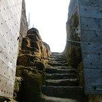 accès creusé à même le roc