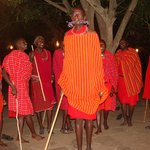 Optræden af hoppende Masai'er set fra spisesalen