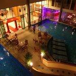 Вид из номера на бассейн вечером
