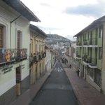 El Panecillo ao fundo visto do centro histórico de Quito