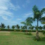 Patio del hostal con vista a la playa
