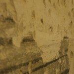 dettaglio picchettatura e affreschi vecchio muro, camera Liquiritiam