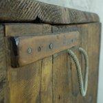 dettaglio bauletto in legno, camera Liquiritiam