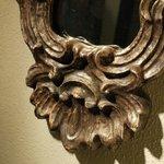 dettaglio specchio antico in foglia d'oro bianco, bagno, camera Liquiritiam