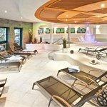 Indoor-Pool mit Gegenstrom-Anlage im Spa