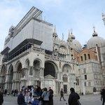 La Basilica in fase di restauro alla facciata frontale