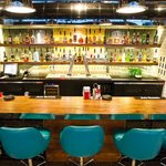 Le bar: menu cocktail, sélection de scotch, carte des vins