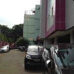 Lokasi hotel di antara pertokoan
