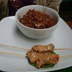 Satay tailandés con pollo y brochetas en salsa de mani