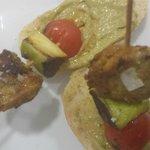Brochetas de cerdo con verduras y guacamole.