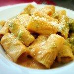 Rigatoni con salsa de calabaza y brócoli