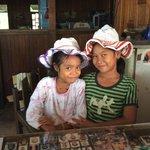 les petites filles de la maison et leurs chapeaux en plastique recyclé