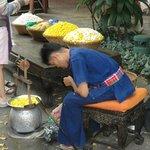 Artisan déroulant les fils de soie des cocons - Maison Jim Thomson - Bangkok