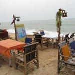 столики ресторана  отеля на берегу