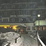 L'hôtel de nuit sous la neige