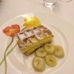 Waffle con semifreddo al room e banane flambate