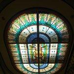lindo vitral sobre a escadaria