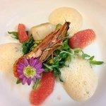 Duett von Jacobsmuschel und Scampi mit Grapefruitfilet und Essblüten
