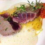 Thunfischsteak rosa gebraten mit zitronengrasssauce und Gemüse julienne