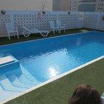 мини бассейн, издающий странные звуки